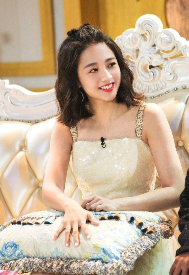鬼鬼吴映洁,一袭白色吊带连衣裙,变身甜美可爱小公主