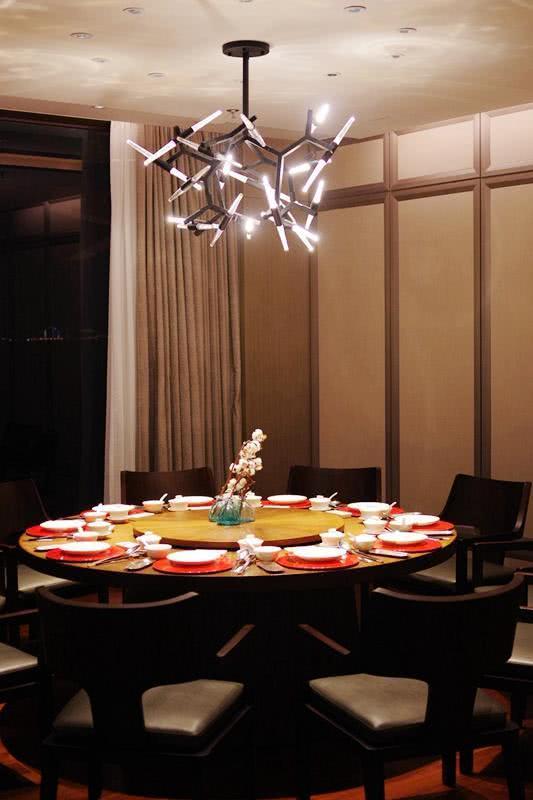 大圆桌典雅的茶桌优质的服务,适合各种商务宴请.