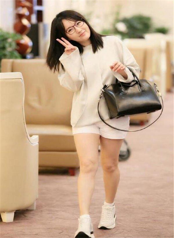 『微米秀时尚』47岁杨钰莹真嫩!黑色卫衣搭配白色紧身裤,网友: