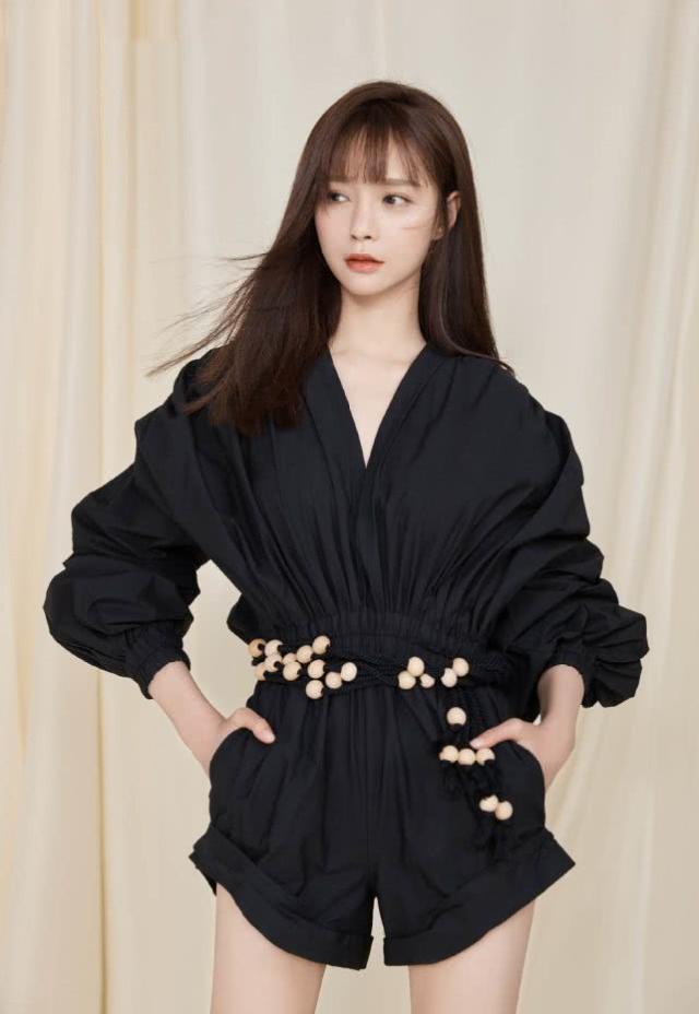「大脚妹」沈梦辰身穿一件黑色皮衣,搭配白色T恤衫与黑色七分裤