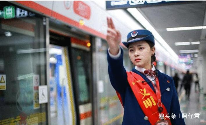 """地铁站务员神似赵丽颖走红, 常被乘客拉着合影, 被称地铁""""女神""""(五)"""