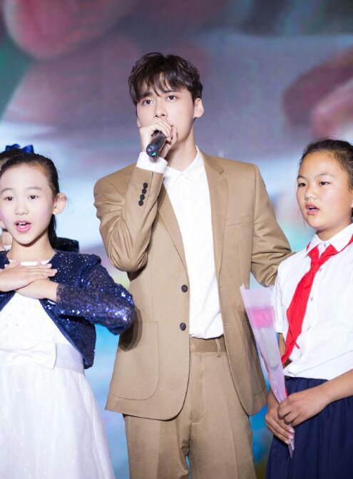 李易峰出席春蕾计划30年发布会 温暖献唱主题曲