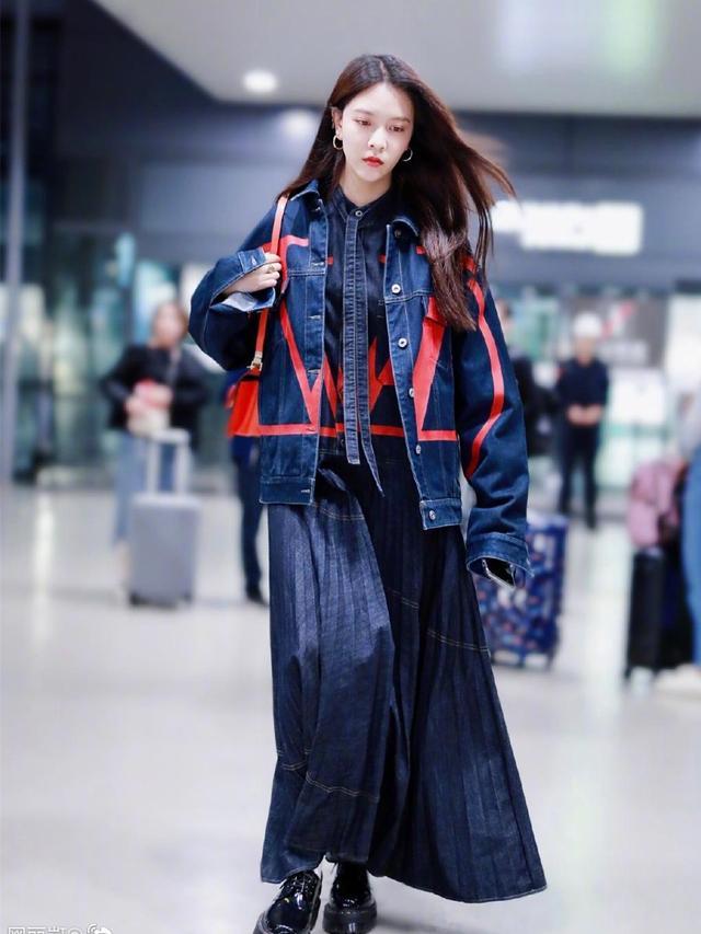 #影视会#宋妍霏撞衫吴宣仪,穿同款牛仔外套,只是搭配不同差距就