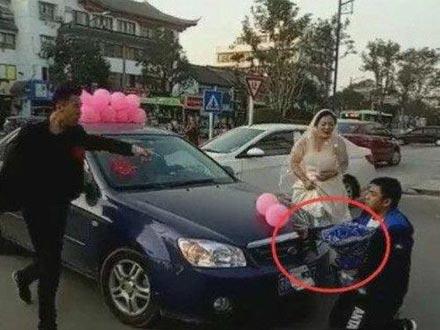 婚礼当天男子拦车抢亲 新郎大怒 知道真相让人尴尬
