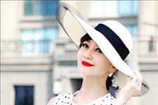 【最爱大牌】赵雅芝又一次惊艳,穿波点连衣裙配宽边帽
