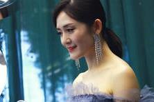 【折火娱乐】谢娜穿蓝色抹胸裙出席活动,腰身变