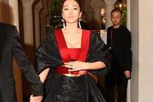 【谈资】54岁巩俐穿女皇装走红毯,气场全开上围