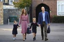【一街拍】夏洛特公主和乔治王子开学,穿校服萌