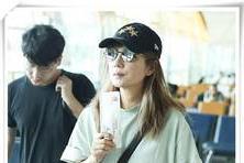 【美丽女人间】赵薇穿一身睡衣走机场,没化妆的她