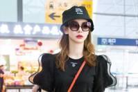 【娱乐山芙】戚薇穿黑色短裙,斜挎红色小包,造