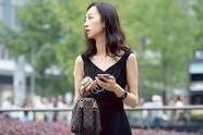 【fun娱乐】宽松黑色连衣短裙,简约又不失时尚感