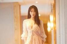 【樱花晓帝】曾跟黄晓明谈恋爱,今穿露腰衬衫百褶裙,