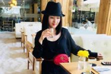 【小陌和你说娱乐】46岁杨钰莹穿条萝莉腿袜就走