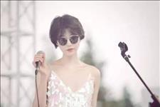 【辣妈时尚范】李亚鹏女友气质不及王菲,但她年轻貌美