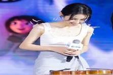 【陆晴聊娱乐】张子枫嫌背心裙太普通,就在上面加点东