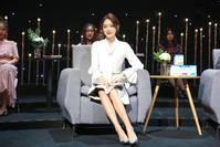 #艳子时尚派#她签约杨幂工作室10年才红,今穿V领