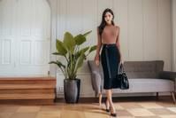 『小妖情感物语』朴多贤紧身打底衫,黑裙高跟鞋
