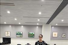 「北青网」景珂一身潮装现身机场,寸头抢镜前往丝绸之