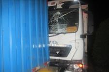 中山交警:司机开小差引发四车连环相撞,小轿车被两辆物流车前后夹击!