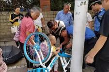 新闻夜班■男童手指被共享单车夹住 ,城管和市民合力施救