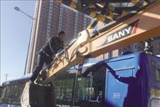 「呼和浩特日报」限高架被撞损阻交通 交警挺身排除险情