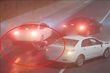 【巡逻小世界】轿车失控撞上隧道壁,司机下车查看未放警示牌,遭后驶来车辆撞飞