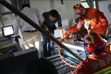 「芜湖新闻网」工人左手被卡机器内 消防员及时救援除险情