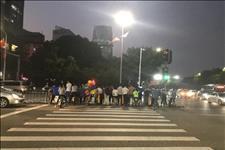 深圳特区报官方微博@别让安全岛变危险岛!市民担忧的地方,记者探了个究竟